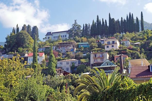 Abkhazia, la città di gagra, il settore privato ai piedi della montagna di mamdzyshkh in una giornata di sole estivo.