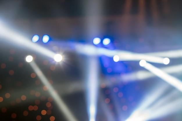 Abstract foto sfocata di riflettori in sala conferenze, seminari e party conc