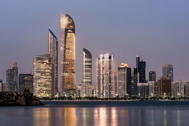 Abu dhabi seascape con grattacieli