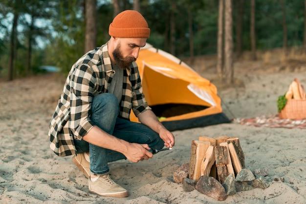 Accampamento di hipster accovacciato accampamento
