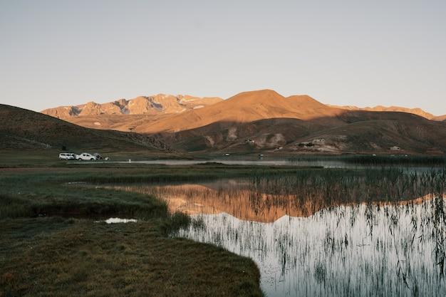 Accampandosi in macchina nelle montagne della turchia
