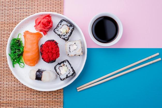 Accanto al piatto c'era un piatto di soia e sushi