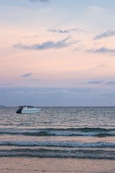 Acceleri le barche sul mare con il cielo variopinto nella priorità bassa nella sera a koh mak island in trat, tailandia.