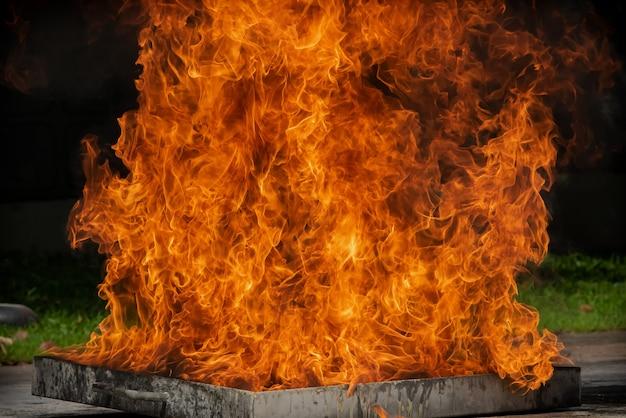 Accensione della fiamma del fuoco con olio combustibile