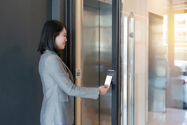 Accesso alla porta con chiave magnetica nell'edificio per uffici