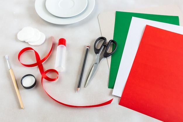 Accessori artigianali per creare decorazioni per il nuovo anno.