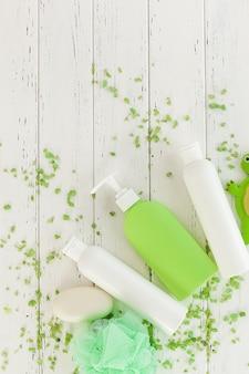 Accessori da bagno. shampoo, balsami. prodotti per la cura della pelle. cosmetico donna per doccia.