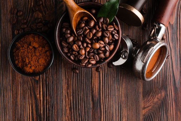Accessori da caffè con chicchi tostati