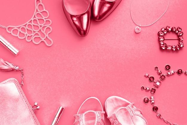 Accessori da donna borsetta gioielli scarpe tonificante corallo vista dall'alto di flat lay