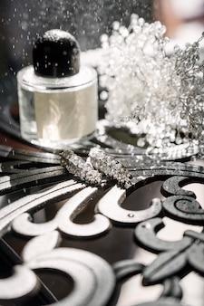 Accessori da donna sposa. borsa, scarpe, anelli, profumo da sposa