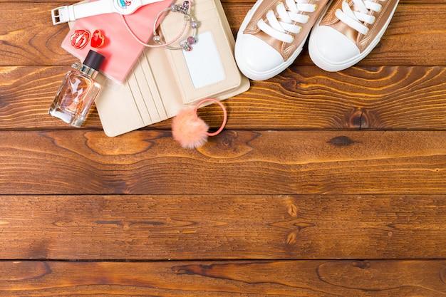 Accessori da donna su fondo in legno