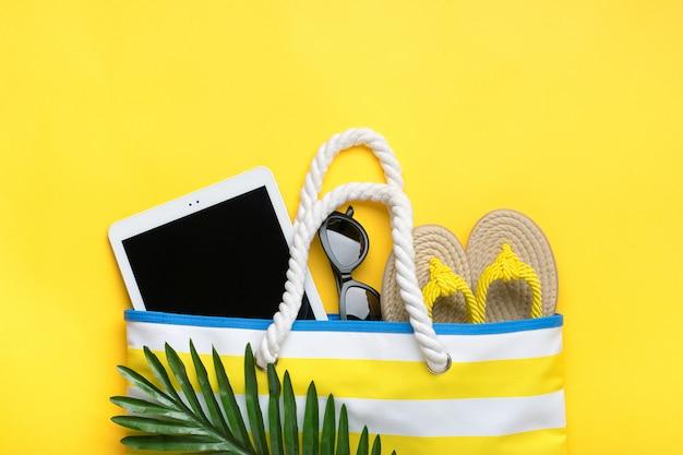 Accessori da nuoto sul tavolo giallo