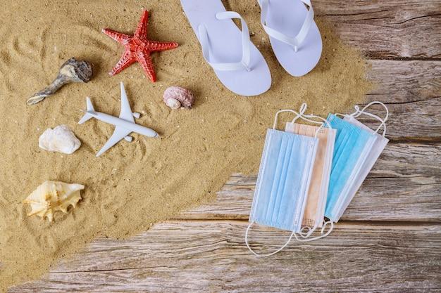 Accessori da spiaggia con sabbia e maschera protettiva