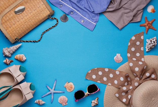 Accessori da spiaggia estate su sfondo blu