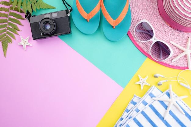Accessori da spiaggia per le vacanze estive e il concetto di vacanza. copyspace