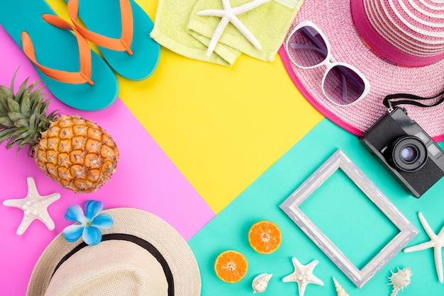 Accessori da spiaggia per le vacanze estive e il concetto di vacanza.