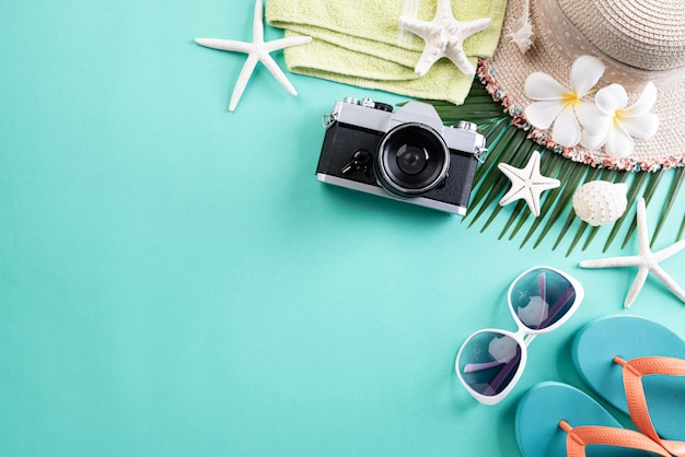 Accessori da spiaggia su pastello verde per il concetto di vacanza estiva.
