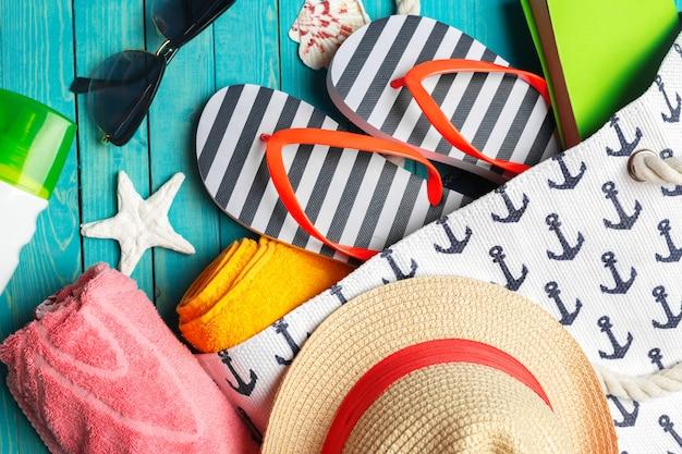 Accessori da spiaggia sul tavolo di legno.
