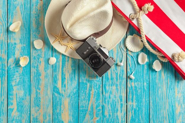 Accessori da spiaggia sulla tavola di legno blu