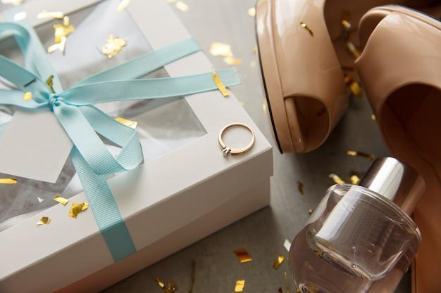 Accessori da sposa su uno sfondo grigio