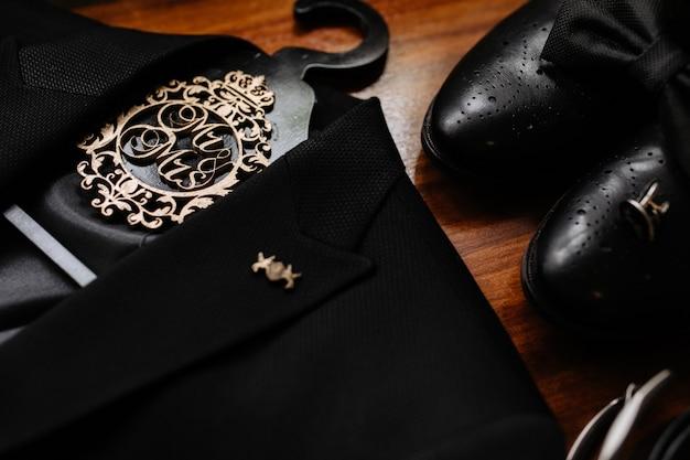 Accessori da sposo, papillon nero, scarpe e smoking, dettagli del matrimonio