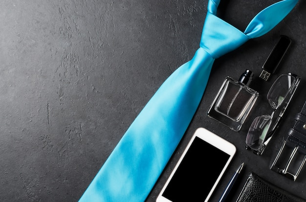 Accessori da uomo su un tavolo di cemento nero