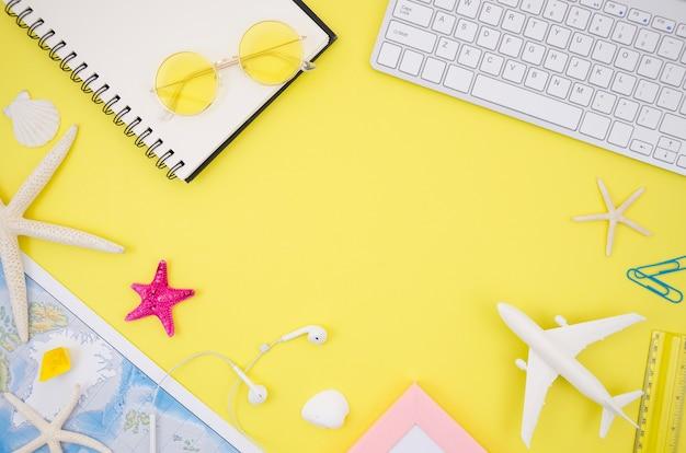 Accessori da viaggio con sfondo giallo