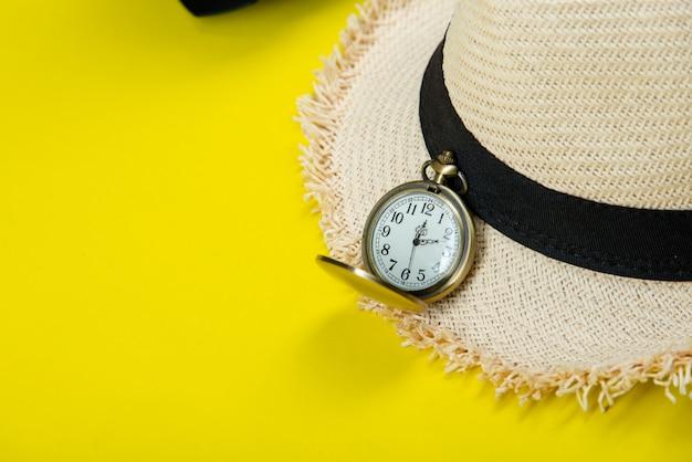 Accessori da viaggio estivi su giallo