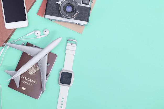 Accessori da viaggio oggetti e gadget vista dall'alto flatlay su blu pastello