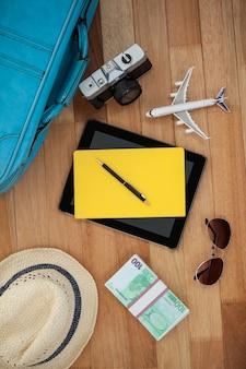 Accessori da viaggio sul pavimento di legno