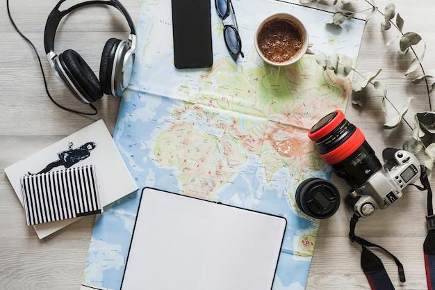 Accessori da viaggio sulla mappa sul tavolo