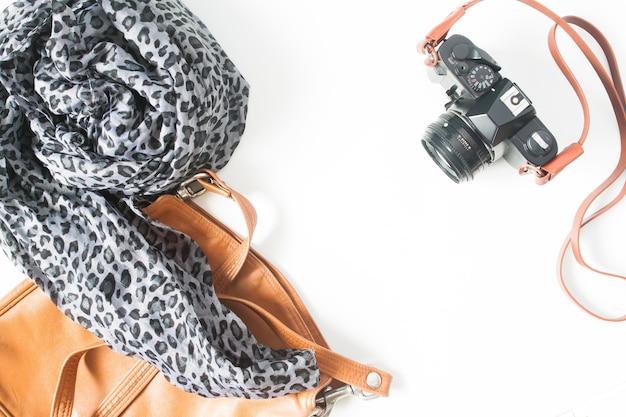 Accessori della donna di modo con la macchina fotografica della pellicola, concetto dell'annata, vista dall'alto, lay flat isolata su priorità bassa bianca