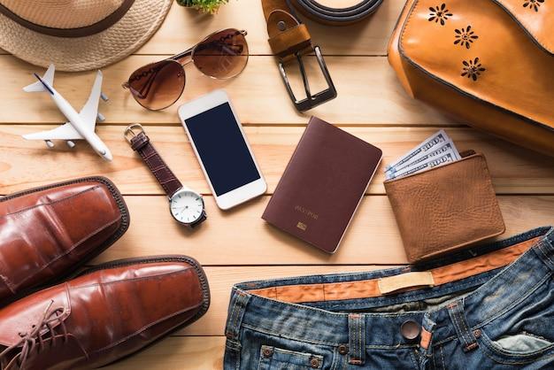 Accessori di abbigliamento da viaggio abito lungo sul pavimento di legno