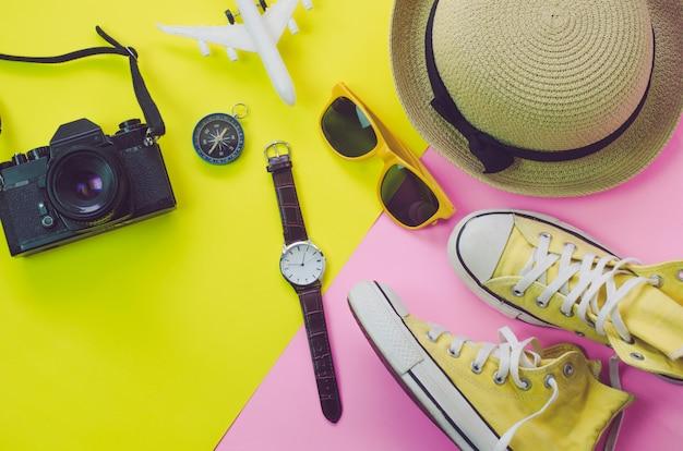Accessori di abbigliamento per l'estate su un pavimento di carta multicolore