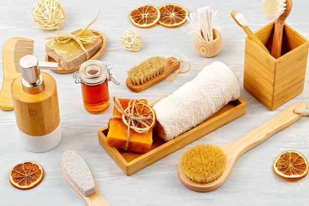 Accessori di bambù per vasca da bagno - ciotola, distributore di sapone, spazzole, spazzolino da denti, asciugamano e shampoo a secco organico per l'igiene personale