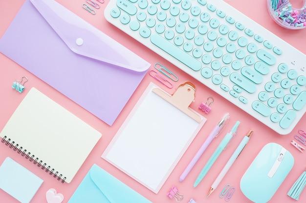 Accessori di cancelleria e business ben disposti su uno sfondo rosa. layout piatto, vista dall'alto.