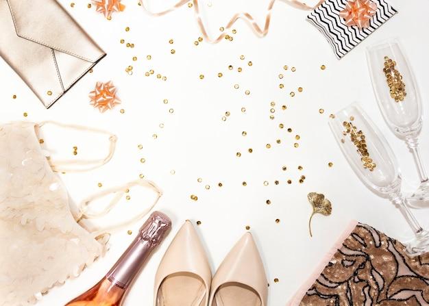 Accessori donna per il concetto di festa romantica: scarpe, bottiglia di champagne