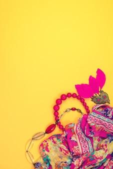 Accessori donna piatto giaceva su sfondo giallo vista dall'alto copia spazio