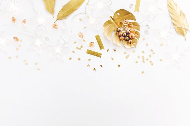 Accessori dorati femminili girly su bianco