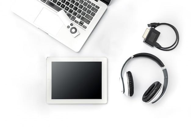 Accessori e computer portatile maschii moderni su superficie bianca