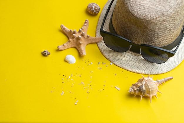 Accessori estivi, conchiglie, cappello e occhiali da sole. vacanze estive e concetto di mare. vacanze estive.