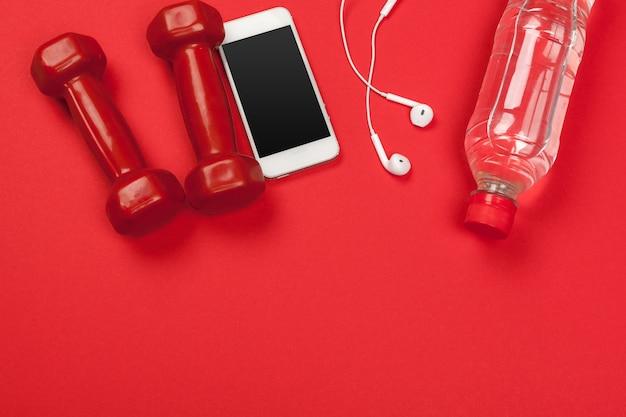 Accessori fitness su un colore