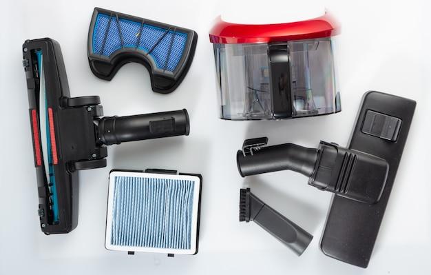 Accessori per aspirapolvere, filtri, ugelli a spazzola su bianco, setole di ricambio per la pulizia.