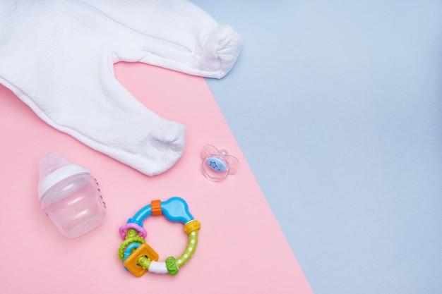 Accessori per bambini su sfondo rosa e blu. disteso. vista dall'alto copia spazio.