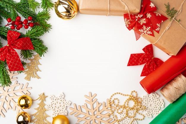 Accessori per i regali di natale che decorano sulla vista bianca e superiore, copyspace