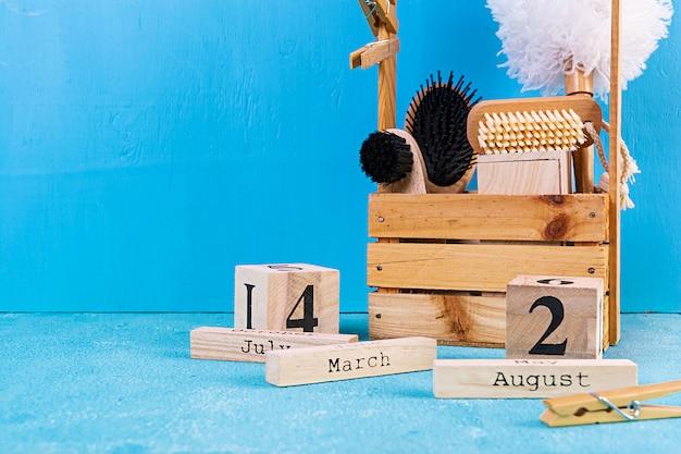 Accessori per il bagno a zero rifiuti di materiali eco-compatibili, spazzola in sisal naturale, pettine in legno, spilla, calendario.