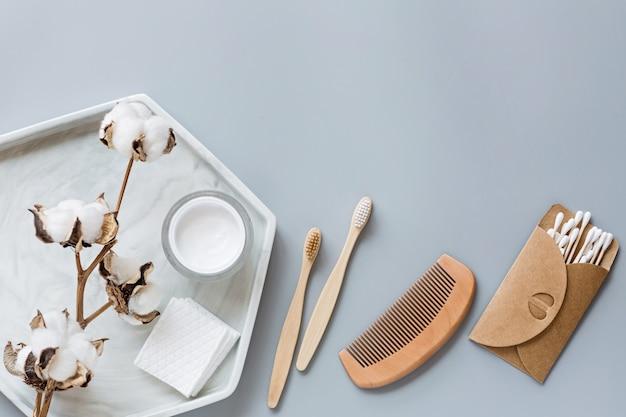Accessori per il bagno naturali: pettine in legno, spazzolini da denti in bambù, crema per il viso