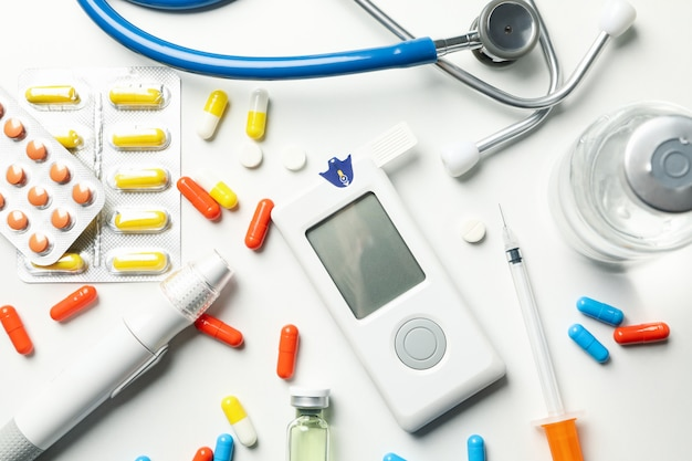 Accessori per il diabete su sfondo bianco, vista dall'alto
