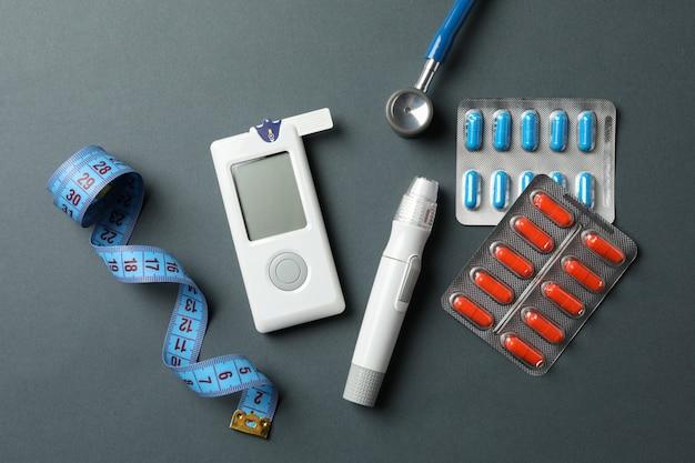 Accessori per il diabete su sfondo nero, vista dall'alto