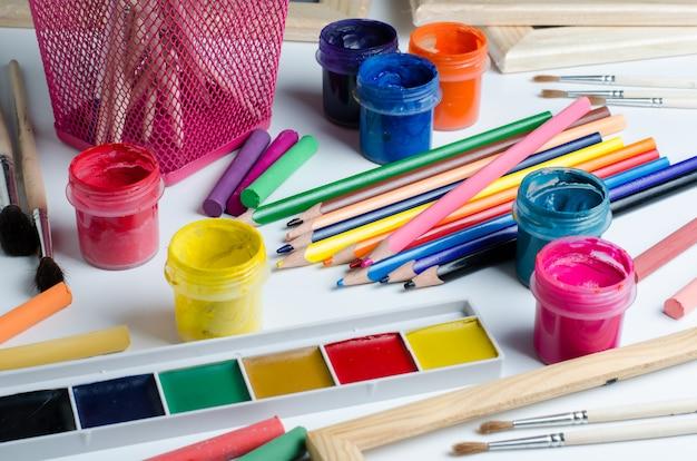 Accessori per il disegno. pennelli, colori, matite colorate, gesso